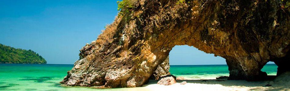 Strand mit Felsen auf Koh Lipe
