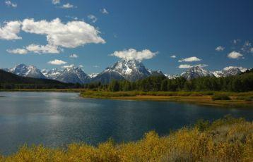 - dieTeton Gebirgskette, die dem Park den Namen gab, steigen aus der Ebene auf 2.000 Meter in die Höhe.
