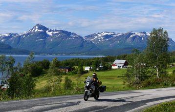 Mit dem Motorrad unterwegs an der Küste bei Tromsø