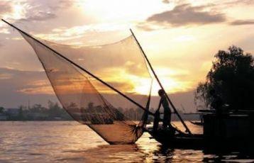 Boot im Sonnenuntergang auf dem Mekong