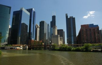 Chicago River mit grandiosen Blick auf die vielen Hochbauten der Stadt.