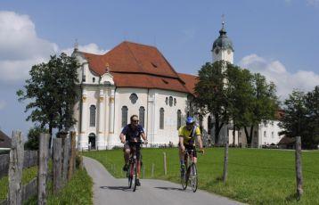 Radler vor der Wieskirche