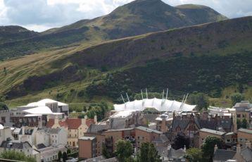 Arthur's Seat mit schottischem Parlament