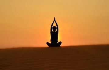 Yoga in der Weite der Wüste