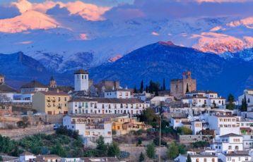 Granada und die nahe gelegene Sierra Nevada.