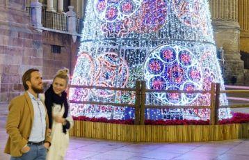 Weihnachtsbeleuchtung in den Straßen Málagas
