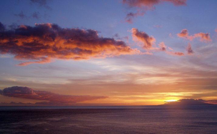 Schöne Sonnenuntergänge mit der Nachbarinsel El Hierro.
