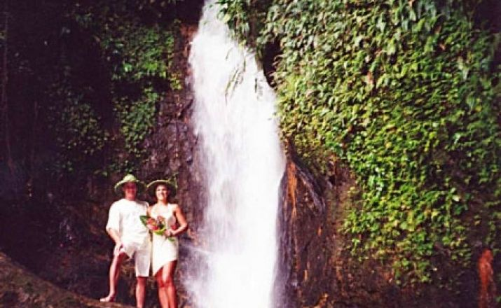 Romantische Hochzeit am Wasserfall in Dominica Libos Fertig Touristik 1